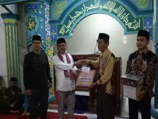 Drs.Yuhardi sedang memberikan bantuan untuk masjid Raya Tanjung Alam.