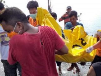 Evakuasi korban yang tersangkut jaring pukat.