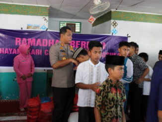Kapolres Fery Irawan saat disalami anak yatim panti asuhan Muhammadiyah Koto Baru, Solok.