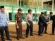 Inspektur upacara H.A Hafizh Martius, S.Ag, SH, MH tengah menyalami Wabup Sijunjung Arrival Boy setelah upacara.