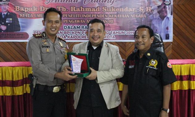 Kapolres Solok Kota saat menerima penghargaan.
