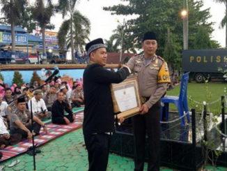 Kapolres Tanah Datar AKBP Bayuaji Yudha Prajas menerima piagam penghargaan dari ketua LSM BTC Tarmizi.