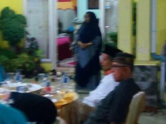 Ketua DPRD Kabupaten Sijunjung, Yusnidarti tengah memberikan sambutan pada saat menggelar berbuka bersama di rumah dinas.