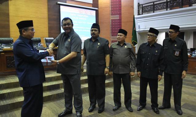 Ketua DPRD Sumbar Hendra Irwan Rahim menyerahkan Hasil Reses Masa sidang pertama tahun 2019 kepada Gubernur diwakili oleh Sekda Prov Drs Alwis.
