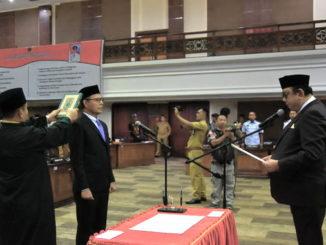 Ketua DPRD Sumbar Ir Hendra Irwan Rahim saat mengambil sumpah H. Djunaidi Bur, SE.
