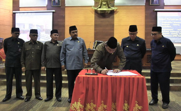 Ketua DPRD Sumbar Ir Hendra Irwan saat menandatangani nota kesepakatan Ranperda tentang penyelenggaraan pendidikan.