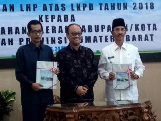 Ketua DPRD dan Bupati Pasaman, Yusuf Lubis bersama Kepala BPK RI Perwakilan Sumbar.