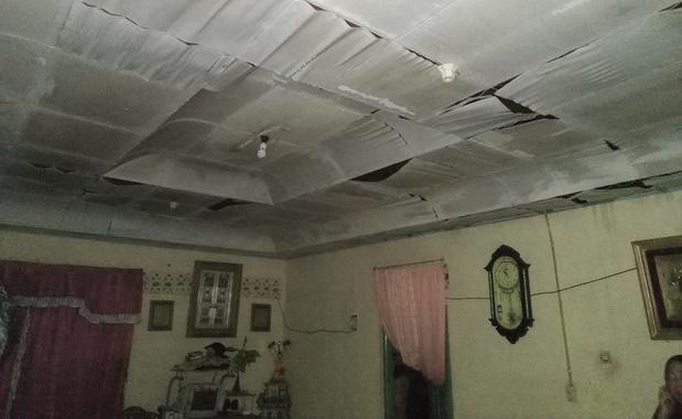 Kondisi loteng rumah Yeni akibat diterpa angin puting beliung.