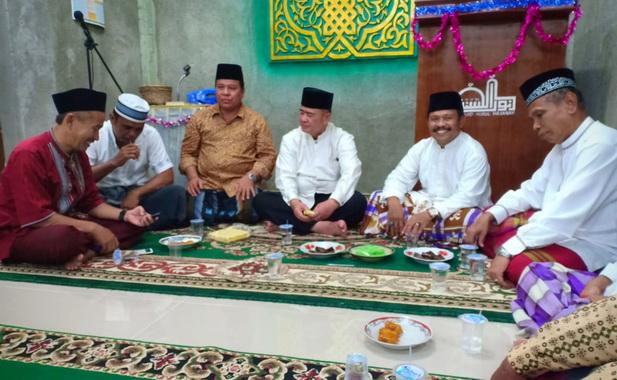 Nasrul Abit saat berbincang usai sholat tarwih Ramadhan di Masjid Nurul Hasanah Mega Permai Lubuk Buaya Padang.