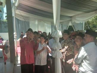 Pembukaan tirai selubung papan nama tanda diresmikannya Mesjid Nurul Hudayah, wakaf dari nantan Gubernur Sumbar, Hasan Basri Durin.