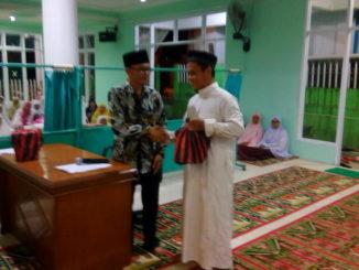 Penyerahan bantuan Pemkab Sijunjung oleh pimpinan TSR.