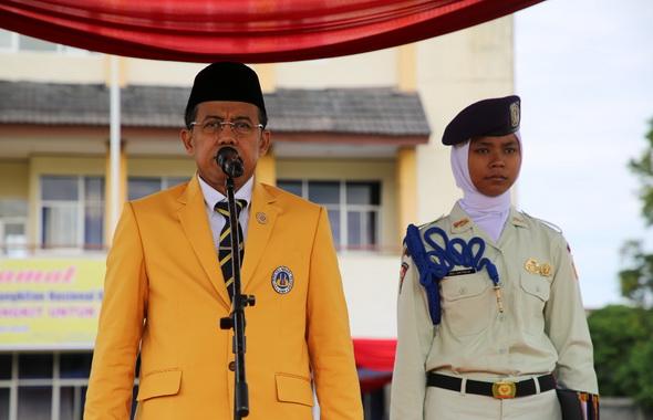 Rektor Prof. Ganefri saat memimpin upacara.