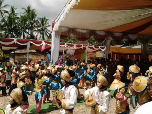 Salah satu prosesi penyambutan perantau yang Pulang Basama di Kenagarian Tanjung Balik.