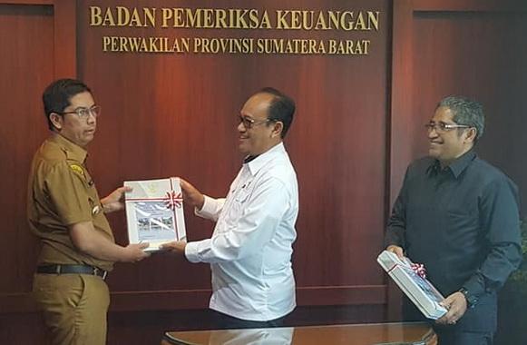 Wali Kota Sawahlunto Deri Asta (tiga dari kiri) bersalaman dengan Kepala BPK RI Perwakilan Sumbar Pemut Aryo Wibowo saat menyerahkan laporan LKHP tahun 2018, yang meraih opini WTP.