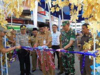 Sekdako Munasri menggunting pita peresmian Pasar Mabo dan Pasar Ramadhan Kota Sungai Penuh.