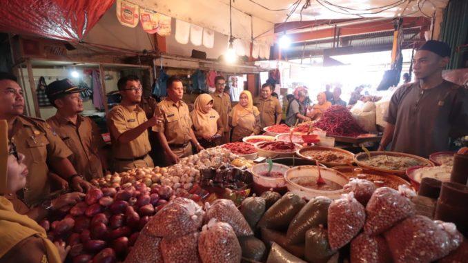 Sekdako Payakumbuh pimpin Sidak ke Pasar Ibuah untuk memantau kestabilan harga.