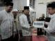 Sekdaprov Sumbar Drs. Alwis menyerahkan bantuan untuk pembangunan mesjid.