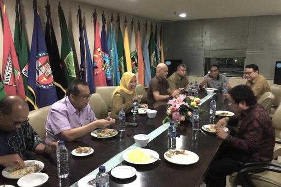 Sekdaprov Sumbar, Drs. Alwis saat buka bersama di kantor perwakilah Sumbar, di Jakarta.