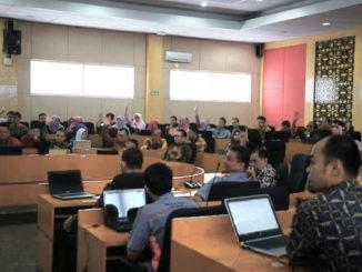Simulasi pengisian Tracer Study Online yang dikemas dalam kegiatan Bimtek PT Penerima Bantuan Tracer Study di UNP.