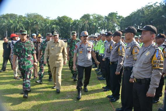 Wagub Nasrul Abit bersama Kapolda Sumbar, Brigjend Pol Fakhrizal saat memeriksa pasukan pada apel siaga Operasi Ketupat Singgalang 2019.