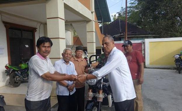 Wali Nagari Baringin H.Irman Idrus menyerahkan kunci motor Viar kepada Ketua perguruan Silat Pusako Bukit, Gombak Yunedi.