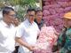 Wawako Erwin Yunaz saat operasi pasar di Payakumbuh.