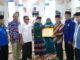 Zulhardi Z Latif menyerahkan bantuan kepada pengurus Masjid Mujahidin.