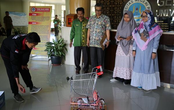 Alat yang dinamai Trosama berbasis Image Processing unjuk kemampuan di Gedung Rektorat UNP, Jln Prof Hamka, Air Tawar Padang.