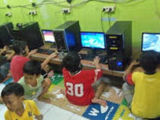 Anak-anak main games online. (Foto Ist)