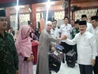 Bupati Ali Mukhni serahkan paket pakaian untuk kafilah yang akan berlaga pada MTQ Nasional Propinsi Sumatera Barat ke 38 di Hall Pemda, Pariaman, Rabu (295).