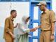 Bupati Andi saat memberi bantuan pada salah seorang warga korban anghin puting beliung.