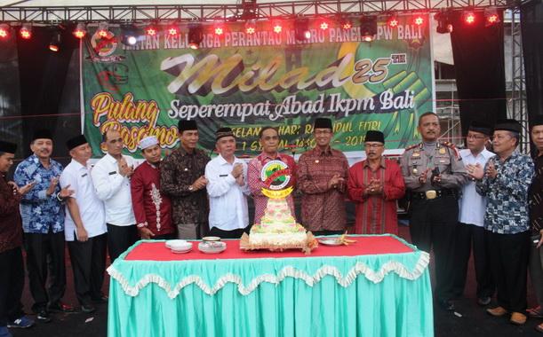 Bupati Gusmal bersama pengurus IKPM Bali pada Milad ke 25 di Muaro Paneh.