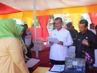 Bupati Gusmal dan Sekdakab Solok Aswirman saat meninjau Jo Fair 2019.
