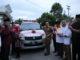 Bupati Hendrajoni menerima bantuan mobil ambulan dari perantau.