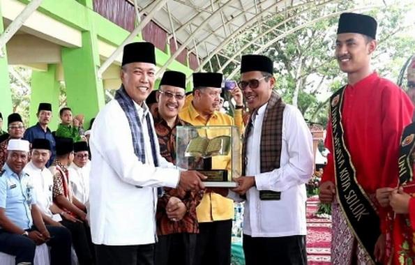Bupati Tanah Datar Irdinansyah Tarmizi menerima Tropi Bergilir MTQ Nasional Tingkat Sumbar dari Gubernur Sumbar, Irwan Prayitno.