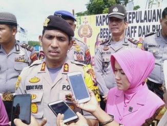 Hendri Yahya saat diwawancarai wartawan.