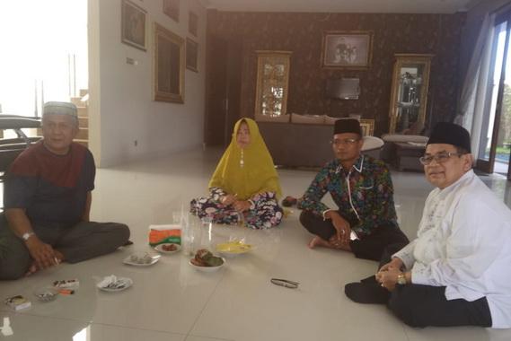 Ir. H. Iriadi Dt. Tumanggung bersama Agus Syademan, Ny. Erlinda dan Syamsu Rahim seusai Silaturrami.