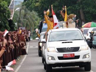 Iring-iringan kafilah Tanah Datar bersama tropy Juara MTQ Sumbar saat diarak keliling kota Batusangkar.
