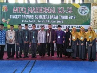 Kafilah Payakumbuh yang menjuarai cabang MHQ foto bersama.