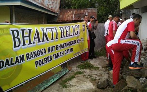 Kapolres AKBP Bajuaji Yudha Prajas sedang bergoro bersama anggota.
