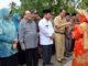 Ketua Tim Penilai Nagari Tingkat Provinsi Sumatera Barat, Azwar tengah menerima sirieh di carano saat menilai Nagari Pematang Panjang Kabupaten Sijunjung