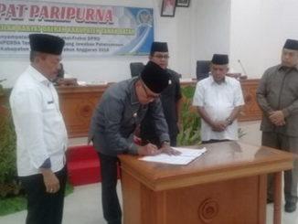 Penandatanganan Nota Pertanggungjawaban pelaksanaan APBD 2018 oleh Bupati Irdinansyah Tarmizi.