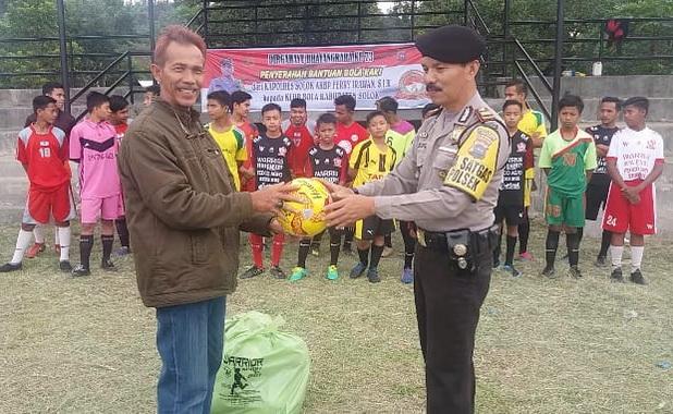 Penyerahan bantuan bola kepada dua club di Nagari Talang.