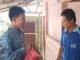 Perwakilan siswa SMAN 1 Padang Panjang antar sembako ke warga duafa.