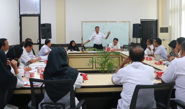 Rapat koordinasi tentang kebijakan pembangunan yang dilaksanakan antar OPD di ruang pertemuan Randang kantor balai kota Payakumbuh.