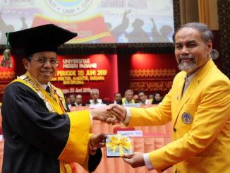 Rektor UNP Prof Ganefri menyerahkan daftar nama alumni baru UNP.