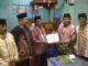 Wakil Ketua DPRD Sumbar Ir Arkadius DT Intan Banomenyerahkan bantuan kepada pengurus Masjid Tauhid di Nagari III Koto Tanah Datar