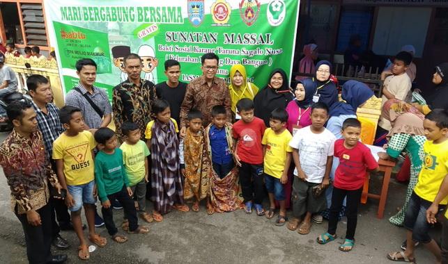 Wawako Erwin Yunaz dan panitia pelaksana bersama anak-anak yang disunat massal.