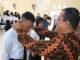 Wawako Mardison Mahyuddin memasangkan tanda peserta Pelatihan Dasar CPNS angkatan pertama.