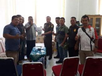 Alianasi LSM Kota Sungai Penuh – Kabupaten Kerinci saat menyerahkan laporan 16 paket proyek lingkup dinas PUPR Sungai Penuh Kejari Sungai Penuh.